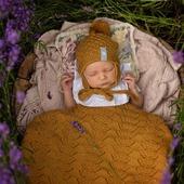 Wilkommen auf der Welt kleiner Engel. 🧡Die winzige Maus geniesst ihr Schläfchen unter der Coolalee Decke.   www.merinomode.ch   #merino #merinowolle #wolle #wollefürbabys #baby #newbornbaby #neugeborenes  #neuigkeiten #neuekollektion #instababy #herbst2020 #herbst #babygirl #decke #babydecke #wolldecke  #babyausstattung #topquality #kniting #swissmom #merinomode #swissmom