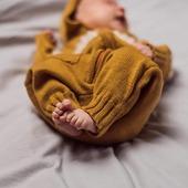 Overall Moles gefertigt aus reiner, nicht kratzender, termoaktiver Merinowolle. Eignet sich ideal ab der Geburt🐑🍁🤱  Ahh..wie süss sind die kleinen Füsschen 🥰  #merinowool #wool #wolle #knitting #madeineurope #skandinavischesdesign #babyfashion #babyfüße #overall #overallkids #nachhaltigkeit #qualität #smallshop #herbstmode #herbst #baby #schwangerschaft #neugeborenes #mamablogger #mamaleben #swissmom #merinomode #kindermode