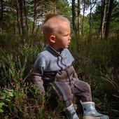 Eine angenehme Pause mit einem wunderschönen Ambiente und ein bequemes Set aus Merinowolle dazu. Was wünscht man sich mehr🍁🐑🍂  Schönen Abend euch 🧡  #merinowolle #wolle #wool #knitting #strickliebe #kinderpullover #wald #natur #nachhaltigkeit #qualität #kindermode #fashionkids #outfitinspiration #waldkinder #mamablogger #mamaleben #swissmom #schweiz #herbst #herbsttrends #herbstmode #merinomode #mama #kind #boy